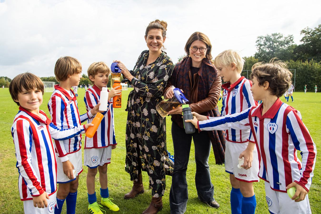 Ter illustratie: voetballers krijgen Ranja.    Cathelijne (r) en Nanda (L) willen Voetbal club JEKA duurzamer maken door plastic bekers in de ban te doen en de ranja in de rust in bidons te schenken.