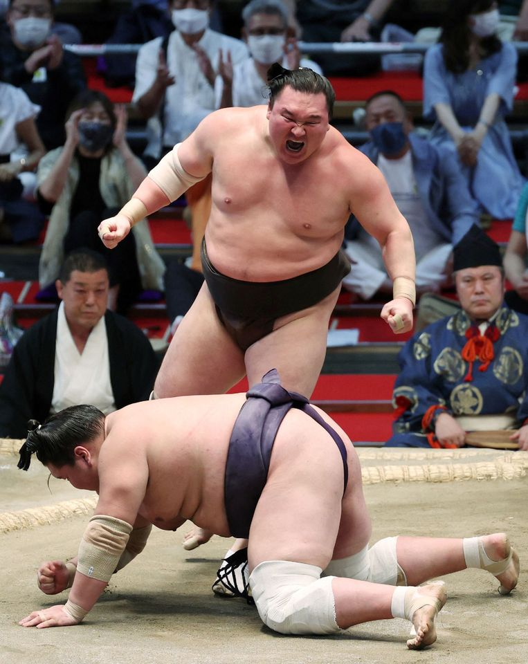 Sumoworstelaar yokozuna Hakuho verslaat ozeki Terunofuji op de Emperor's Cup in Nagoya. Beeld AFP