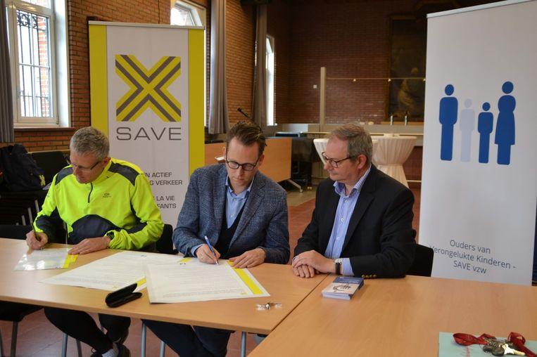 Onder het goedkeurend oog van schepen van Mobiliteit Maurice Helsen (rechts) ondertekenen de afgevaardigde van OVK en Burgemeester Raeymaekers het SAVE-charter.