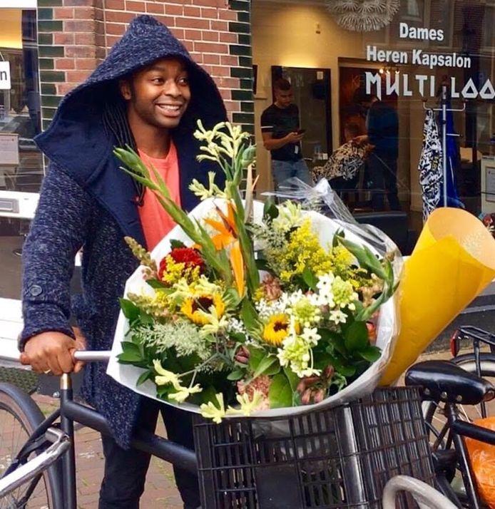 Ivan verrast dagelijks onbekende voorbijgangers met een bloemetje.