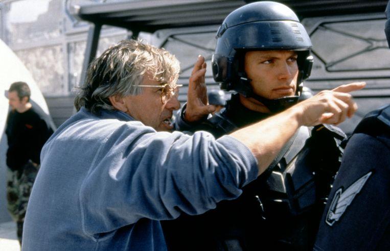 Casper Van Dien en regisseur Paul Verhoeven op de set van 'Starship Troopers'. Beeld Corbis via Getty Images