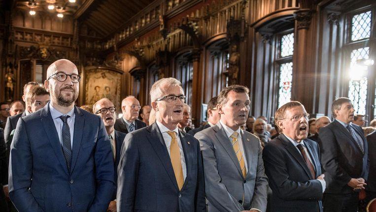 Premier Charles Michel naast Vlaams minister-president Geert Bourgeois, ondervoorzitter van de Senaat Karl Vanlouwe en Kamervoorzitter Siegfried Bracke tijdens de Vlaamse Leeuw in het Brusselse stadhuis. Beeld Eric de Mildt