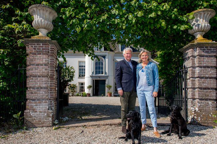 Baron en barones Frans en Nathalie Van Verschuer op hun landgoed Marienwaerdt
