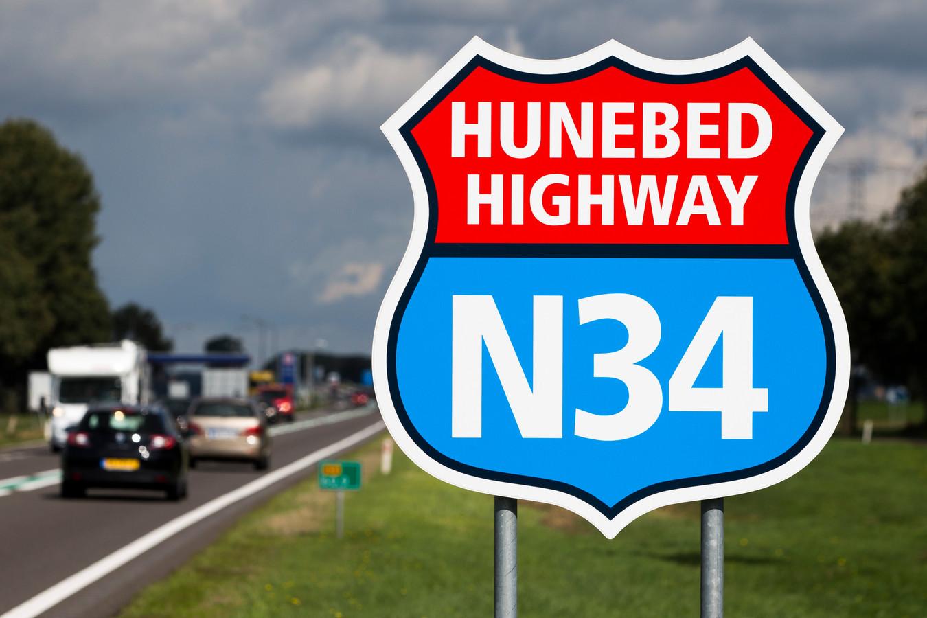 Bord met logo van de Hunebed Highway, de Drentse provinciale weg N34 die van Zuidlaren tot Coevorden loopt.