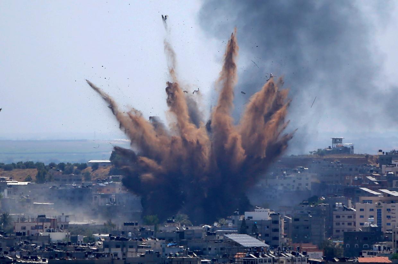 Een gebouw in Gaza Stad wordt getroffen door een Israëlische bom.  Beeld AP