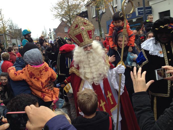 Archief: De Sint en zijn pieten lopen door de Kanaalstraat in Oost-Souburg.