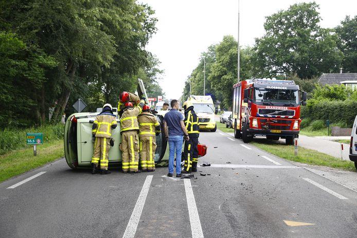 Bij het ongeval op de Zuiderzeestraatweg in Oldebroek zijn twee auto's betrokken. Er ligt een auto op de kant.