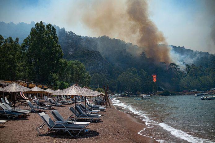 Al zeker acht mensen zijn om het leven gekomen bij de bosbranden die het zuiden van Turkije nu al een week teisteren. Het ergste lijkt achter de rug: van de 145 brandhaarden zijn er nog 8 niet onder controle.