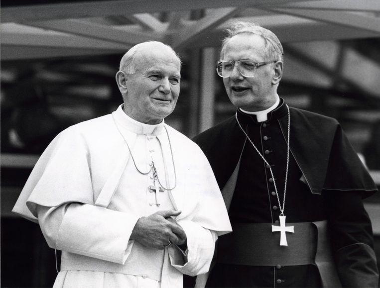 Kardinaal Simonis bij het bezoek van paus Johannes Paulus II aan Nederland in 1985. Beeld Hollandse Hoogte