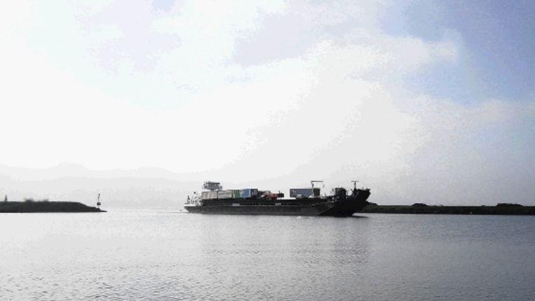 Vrachtwagenvervoer per boot, waarmee deze week is geëxperimenteerd, moet de files op de wegen verminderen. (Trouw) Beeld