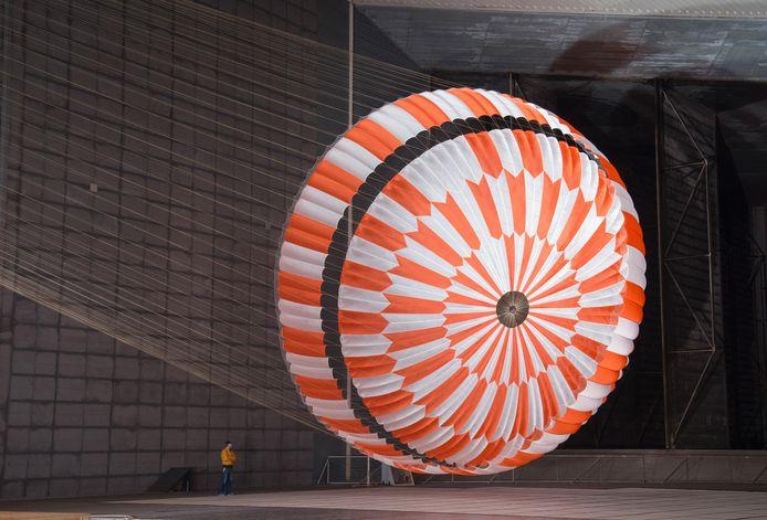 De parachute werd gemaakt met een topmachine van Picanol.