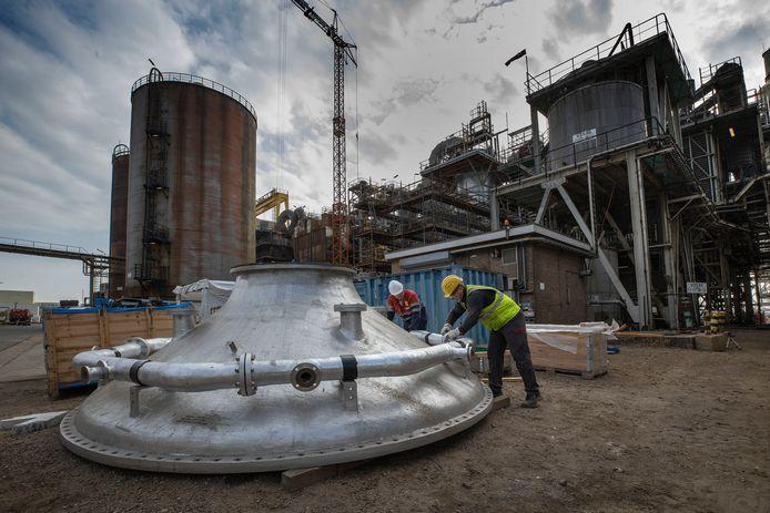 Installaties voor de zwavelzuurproductie bij Nystar in Budel.
