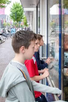 Feestelijke etalage bij Albert Heijn voor jarige vereniging Oud-Bennekom