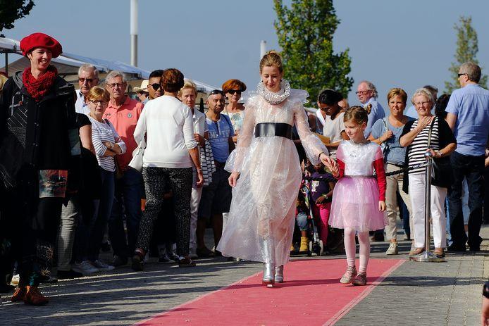 Vanwege de coronaregels geen modeshow dit jaar tijdens de Doesburgse Kadedagen. Op de plek waar in 2019 modellen liepen wordt zaterdag een terras ingericht.