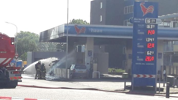 Brandweer blust de brand bij het tankstation van De Haan in Zutphen.