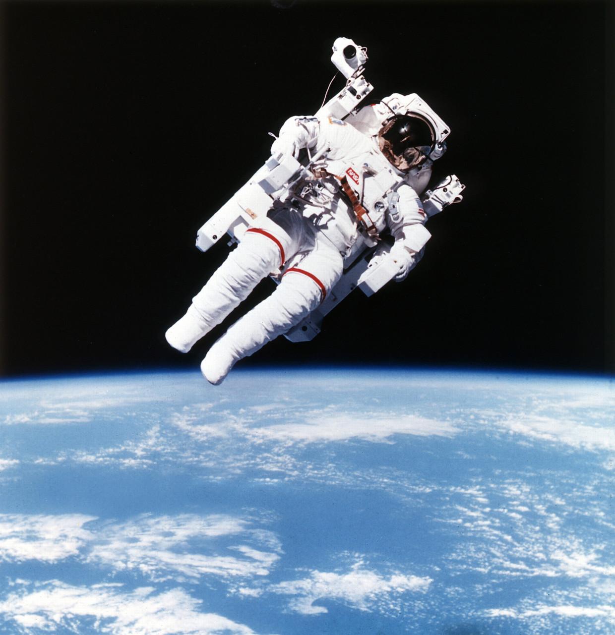Bruce McCandless was in 1984 de eerste astronaut die vrij door de ruimte zweefde.   Beeld Getty Images