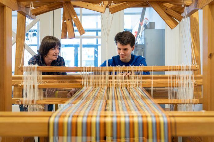Pink Docters van Leeuwen en Lennart Puijker achter het weefgetouw bij sociaal naaiatelier  Eliz in Company.
