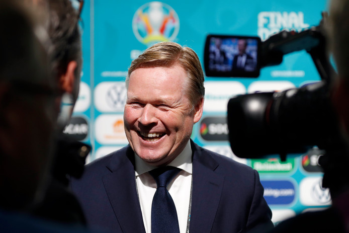 Ronald Koeman bij de loting in Boekarest.