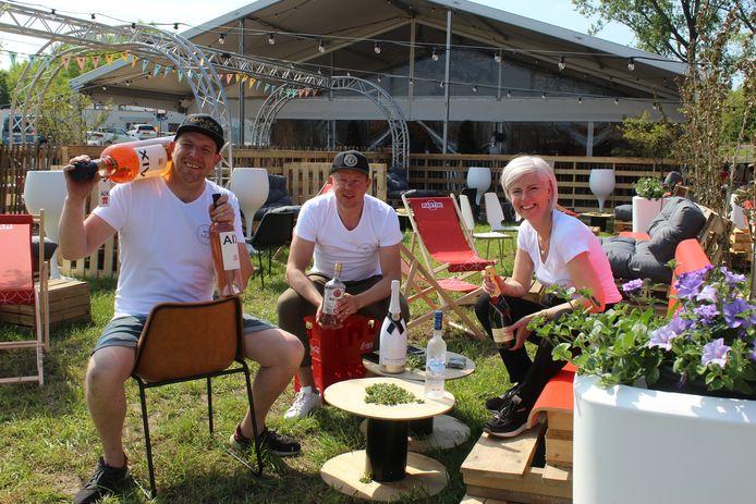 Kurt Boelens, Frederik Accoe en Melanie Steyaert in hun zomerbar Bar a Comèr.