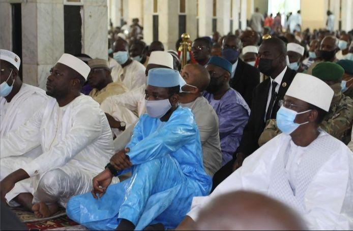 Assimi Goïta, au centre, à la Grande Mosquée de Bamako, quelques minutes avant la tentative d'assassinat.