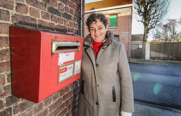 laatste rode postbus in dorpskern verdwijnt: foto van CD&V 4.0-politici Siska Buyssschaert