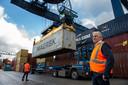 Arie Rietveld bij een van de kranen die containers van binnenvaartschepen op de kade zetten voor verdere distributie. 'Het is hier net klein Rotterdam.'