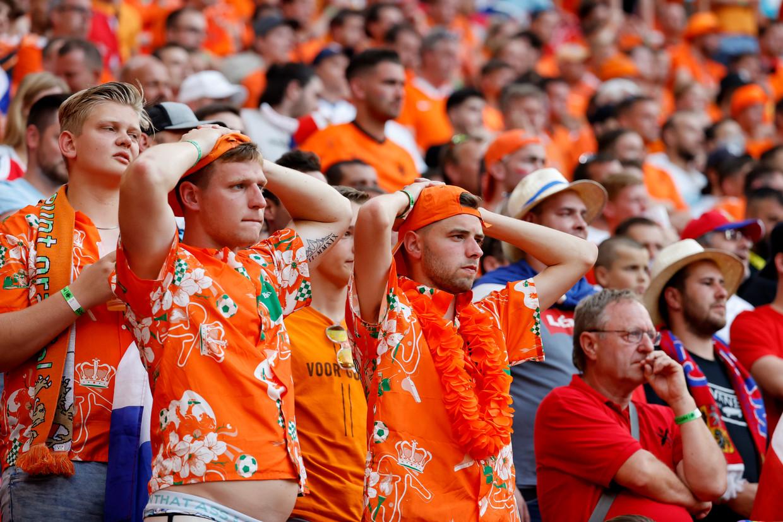 Teleurgestelde Oranjefans bij de verloren achtste finale van Nederland tegen Tsjechië.  Beeld Pool via REUTERS
