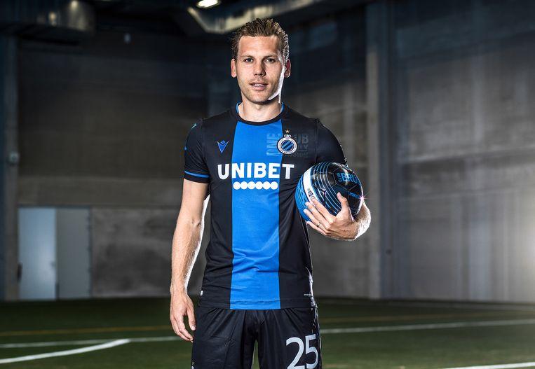 Aanvoerder Ruud Vormer presenteert het nieuwe Club Brugge-shirt, met Unibet als sponsor. Beeld Club Brugge