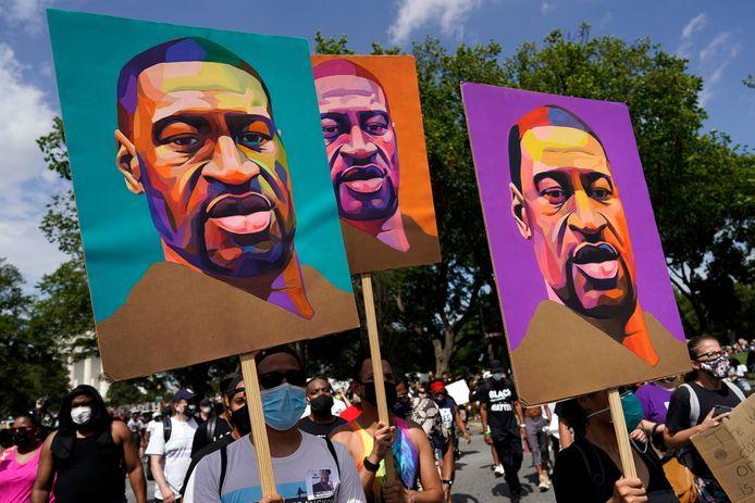 De dood van George Floyd, afgebeeld op deze borden, heeft veel Amerikanen geïnspireerd om te protesteren in zogenaamde Black Lives Matter-protesten. Ze protesteerden onder andere tegen het aanhoudende politiegeweld tegen mensen van kleur.