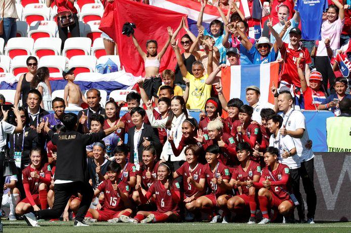 De speelsters van Thailand gaan na de wedstrijd tegen Zweden op de foto met fans.