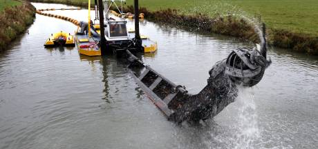 Waterschap haalt slib uit sloten rondom Tuil, Haaften en Waardenburg