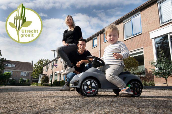 Gonneke en Rory met hun zoontje Sep. Ze zouden graag een huis in Schalkwijk kopen, maar dat is lastig.
