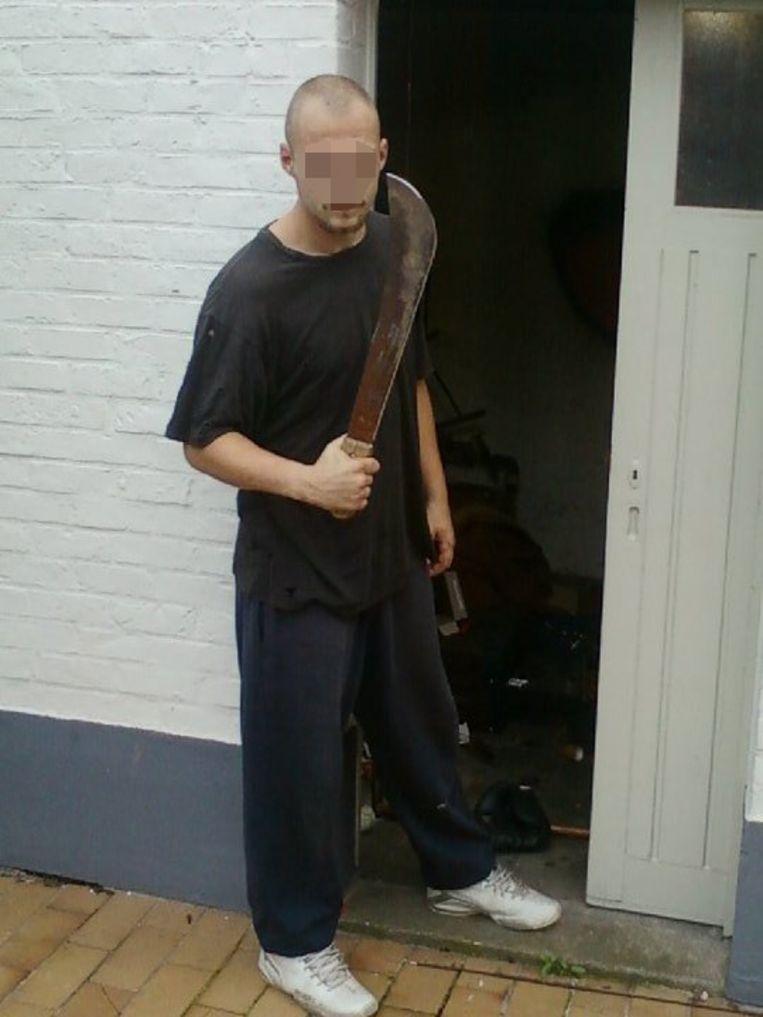 Kevin D. werd vrijgelaten. Bij de dodelijke raid werden machetes gebruikt, zoals hij hier vasthoudt.