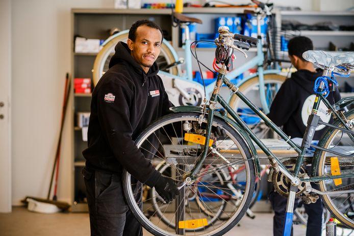 In Antwerpen worden 'weesfietsen' – fietsen die op het openbare domein worden achtergelaten – straks hersteld door mensen die moeilijk hun weg vinden in het normale arbeidscircuit.