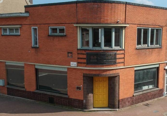 Het pand is gevestigd op de hoek van de Pieter Tackstraat en de Heilig Hartlaan.