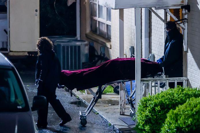 Een lichaam wordt weggehaald uit een Aziatische massagesalon in Atlanta na de dodelijke schietpartij in maart.