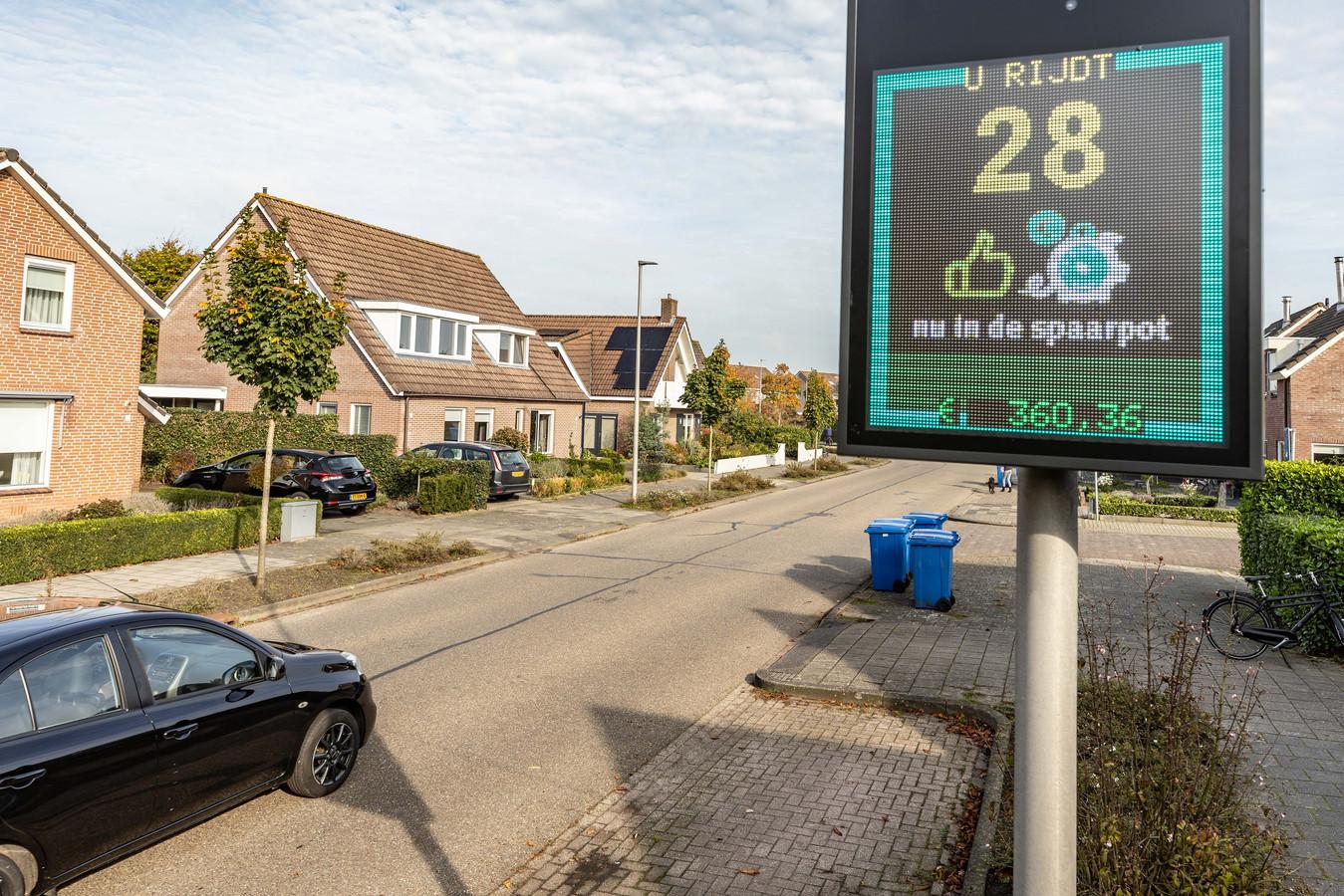 De snelheidsmeter die goed rijgedrag beloont, komt nu tijdelijk in Waalwijk te staan.