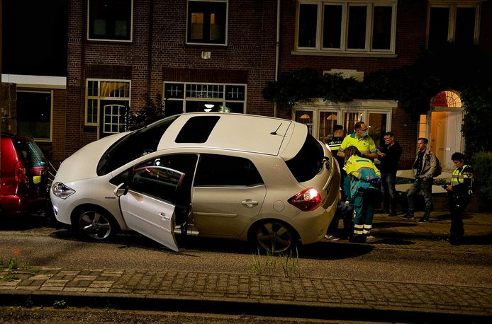 De auto kwam bovenop de geparkeerde auto terecht.