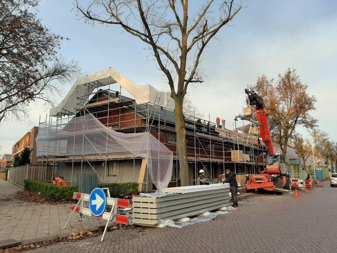 De woningen in 't Ven, zoals hier op de hoek Cornelis van Bijnkershoekstraat/Tobias Asserstraat, in Eindhoven worden gerenoveerd en verduurzaamd. Ze krijgen onder meer een nieuwe voorzetgevel voor de isolatie.