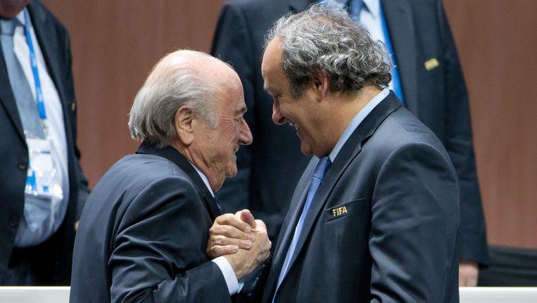 Platini feliciteert Blatter met diens herverkiezing. Beeld GETTY