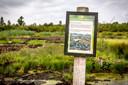 Aan een wandelpad ter hoogte van de vuilstort plaatste Overijssels Landschap dit bordje om te voorkomen dat nieuwsgierigen het kwetsbare natuurgebied in banjeren.