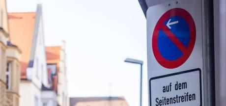 Politieagent verandert verkeersbord om boetes uit te kunnen delen