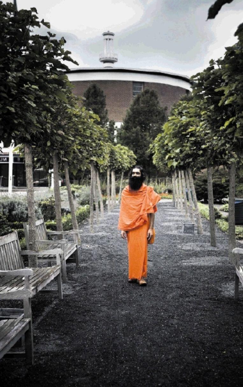 Swami Dharam Dev wandelt door de tuin van Conferentiecentrum Leeuwenhorst in Noordwijkerhout. (FOTO ROGER DOHMEN) Beeld Roger Dohmen