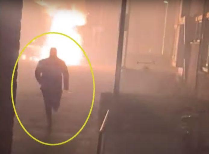 Beelden van de man die vermoedelijk op Roberto R. af komt rennen na de explosie, zoals die op de telefoon van de al gearresteerde verdachte gevonden zijn.