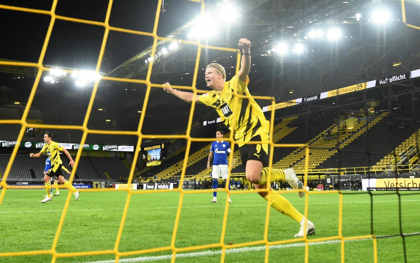 Erling Braut Haaland viert zijn 2-0 tegen Schalke 04.