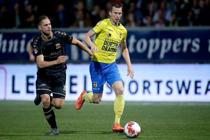 Go Ahead Eagles-verdediger Donny van Iperen (links) vlak voor het fatale moment waarbij hij Cambuur-aanvaller Robert Mühren vloert, met zijn tweede gele kaart en de tweede strafschop van de thuisploeg tot gevolg.
