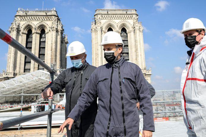 Emmanuel Macron visite le chantier de reconstruction de la cathédrale Notre Dame de Paris (15 avril 2021)