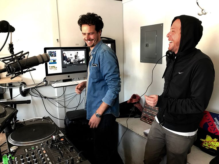 François Vaxelaire (links) in het studiogedeelte van de container. Beeld Ben Van Alboom
