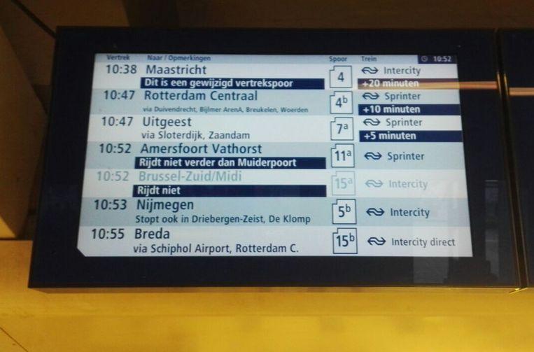 Gestremd treinverkeer vanaf Amsterdam Centraal. De beveiliging op het station is opgeschroefd. Beeld Christiaan Paauwe