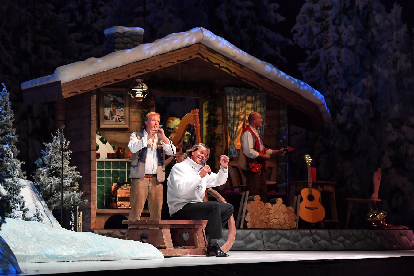 Hansi Hinterseer & Das Tiroler Echo toeren door Europa met hun kersthow. Ze staan ook in de IJsselhallen in Zwolle. De kaarten zijn bijna allemaal uitverkocht, zo populair is de Oostenrijkse schlagerzanger die ooit als professioneel ski-er prijzen pakte.